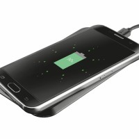 Deze draadloze mobiele telefoonoplader is ideaal om je QI compatibele smartphone op te laden. Het is heel simpel, je plaatst gewoon je smartphone op de charging pad en hij laadt automatisch op. Het LED lampje geeft inzicht in de oplaadstatus.  Let op deze oplader is compatibel met de Samsung Galaxy S6 en S6 Edge (+). Voor de meeste andere modellen is een QI ontvanger nodig.